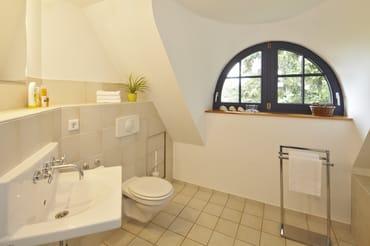 Es gibt zwei Bäder im Haus: einmal mit Dusche und einmal mit Wanne