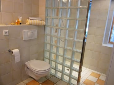 Praktisch dieser ebenerdige Duscheinstieg!