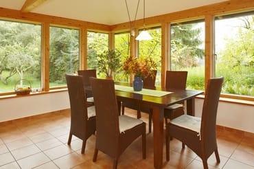 Es gibt viele schöne Plätze im Haus: hier der Wintergarten als Esszimmer...