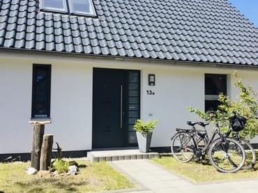 Die Vorderansicht des Hauses. Ein idealer Ausgangspunkt für Radtouren mit den gratis nutzbaren Fahrrädern. ( 2 pro Wohnung )