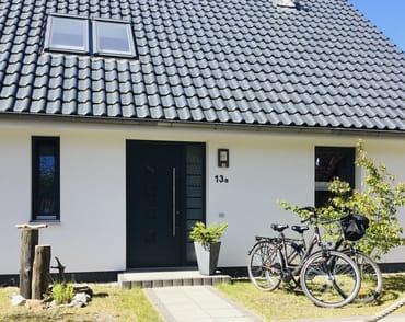 Die Hauseingangsseite. Mit den gratis nutzbaren Fahrräderrn ein idealer Ausgangspunkt für Ausflüge.