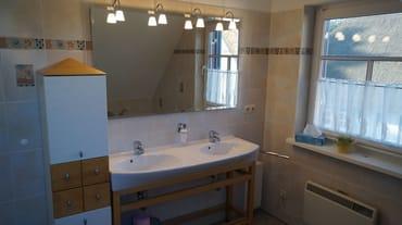 Bad oben mit Doppelwaschbecken