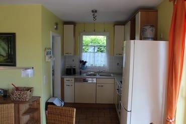 Blick auf die Küchenzeile, links geht es zum HWA, hier befindet sich die  Waschmaschine