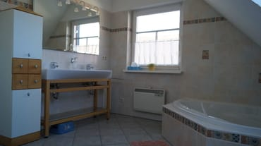 Bad oben, mit Toilette und Doppelwaschbecken, Dusche und Badewanne