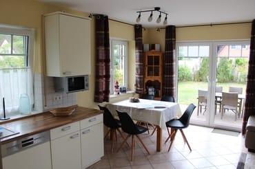 Küchenzeile mit Backofen, Kühlschrank mit Gefrierfach, Microwelle, Cerankochfeld,  Esstisch