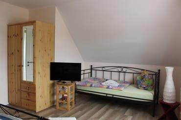 Einzelbett und Fernseher, Zimmer 2