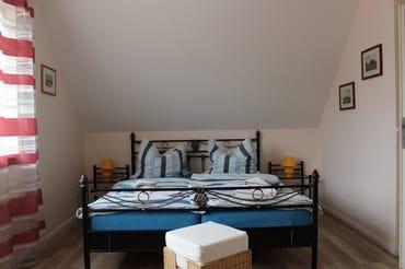 Schlafzimmer mit Doppelbett, Einzelbett und Fernseher, Zimmer 2