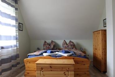 Schlafzimmer mit Doppelbett, Zimmer 1