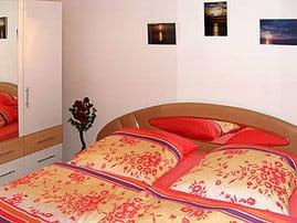 Schlafzimmer, in den Bettkästen befinden sich mehere Sorten von Zudecken und Kopfkissen.