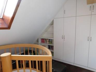 Das Dachzimmer: Ein geräumiger Einbauschrank nimmt Ihr Gepäck in Empfang. Bücher für die Ferienlektüre stehen bereit. Seit 2015 sorgt ein weiteres Dachfenster für angenehmes Licht.