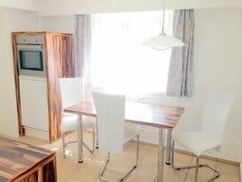 Küche mit Esstisch und Backofen