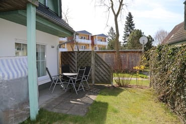 Terrasse mit Möbeln und Strandkorb