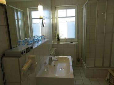 Bad mit Dusche, WC, Waschbecken/Unterschrank, Föhn und Radio