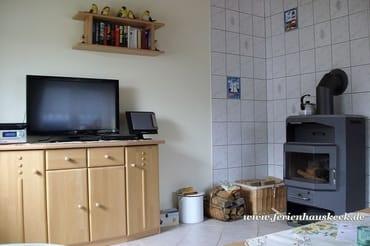 TV und Kaminofen im Wonzimmer