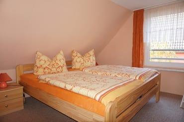 Hier ist das erste Schlafzimmer im Dachgeschoss mit einem großem Wäscheschrank.