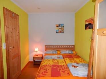 Mittelpunkt des Schlafzimmers ist das 1,40 Meter breite Bett mit 7-Zonen-Lattenrost und einer Matratze mit dem Härtegrad 3.