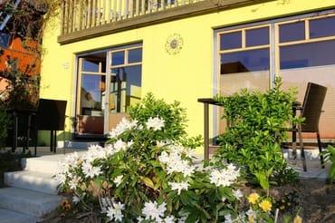 Neu gemacht ist die Terrasse vor den beiden Ferienwohnungen.