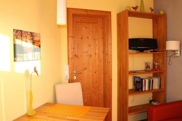 Die Wohnküche ist liebevoll mit Massivholzmöbeln eingerichtet.