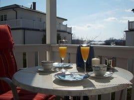Der sonnige Sitzplatz auf dem Balkon