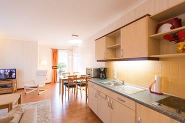 Küchenzeile mit Kühlschrank (Gefrierfach) und 2-Platten-Herd