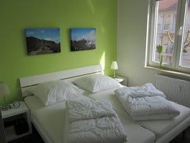 Separates Schlazimmer mit Doppelbett und großem Schrank