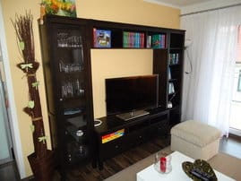 Wohnwand im Wohnzimmer mit Flachbild-TV, Büchern und Spielen zur Unterhaltung