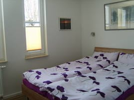 Separates Schlafzimmer mit Doppelbett und großem Kleiderschrank
