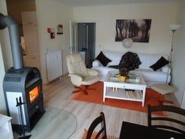 Wohnzimmer mit gemütlicher Sitzecke, Kamin und Essbereich