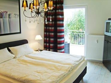 Schlafzimmer mit direktem Zugang zur Terrasse, exklusive Boxspringbetten 180 x 200, rückenfreundlich, mit großem Kleiderschrank und Fernseher