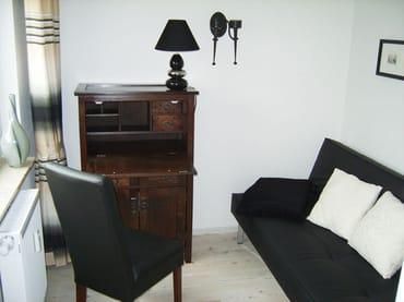 2. Schlafzimmer mit Schlafcouch 110 x 200, Sekretär und Garderobe