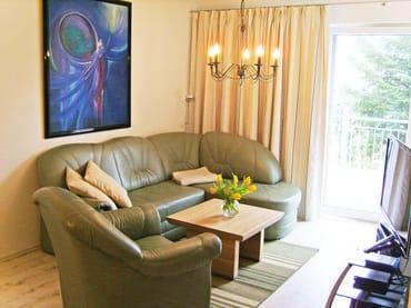 Wohnzimmer mit Schlafcouch und direktem Zugang zur Westterrasse, Flachbild-3D-Fernseher, DVD-Blu-ray, CD und Radio