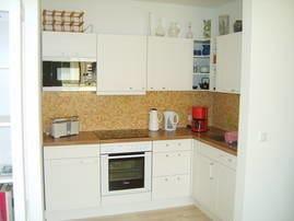Einbauküche mit Kühlkombination, Herd mit Backofen und Ceranfeld, Geschirrspüler, Kaffeemaschine, Wasserkocher und Toaster