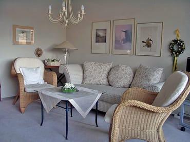 Zweisitz-Couch und Korb-Sessel