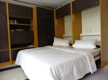 Schrankwand mit 2 Betten
