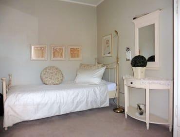 Separates Zimmer mit einzelnem Bett