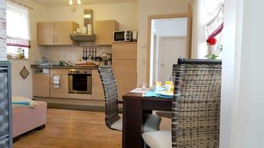 Essbreich und offener Küchenzeile - FeWo II im Obergeschoss