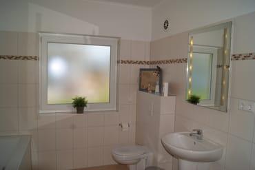 Bad mit Fenster hell und freundlich
