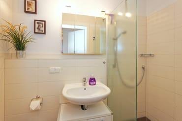 Bad mit großer, begehbarer Dusche