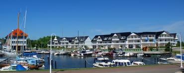 Ferienwohnungen Hafenidyll mit Restaurant Veermaster links