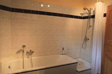 Badezimmer mit Dusche und Badewanne, Blick auf die Ostsee
