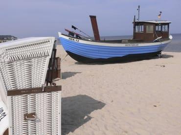 naheliegendes Fischerboot am Strand von Heringsdorf