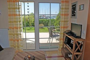 Ferienwohnung Hafenidyll Nr. 07 - Wohnzimmer mit Hafenblick