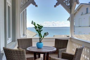 Zweiter Balkon zur Landseite mit seitlichem Meerblick. Ideal zum sonnigen Kaffeetrinken am Nachmittag. Zugang über den Hausflur