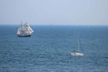 vorbeifahrende Segelschiffe