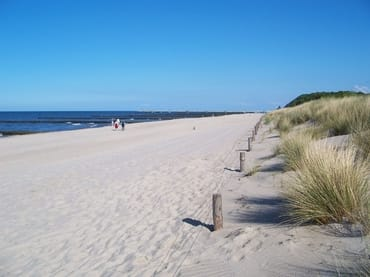 Feinkörniger, weißer Sandstrand von Zempin bis Koserow und nach Zinnowitz.