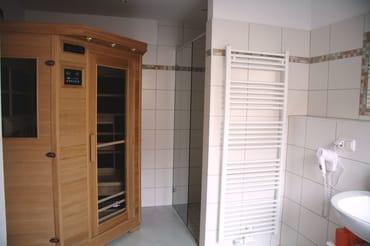 Bad mit großer Dusche, Infrarotkabin und Badheizkörper