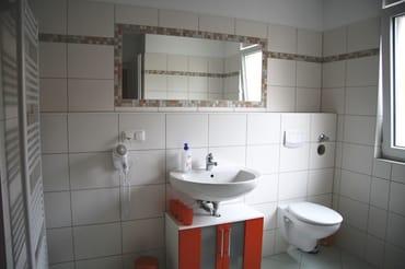 Wschbecken, Toilette und Fön
