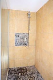 Die Dusche im Obergeschoss ist nicht nur ebenerdig sondern hat Steine als Boden...das ist wie eine Fußmassage und absolut rutschfest:)