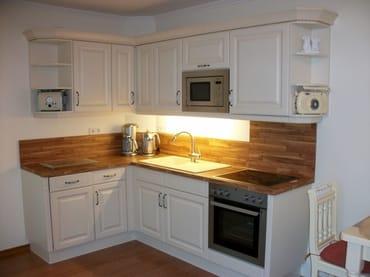 Küchenzeile mit Geschirrspülmaschine, Mikrowelle etc.