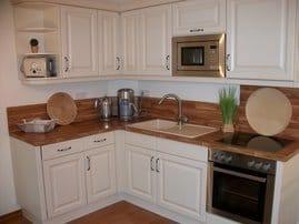 sehr gut ausgestattete Küchenzeile mit Mikrowelle und Geschirrspülmaschine